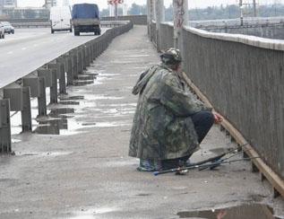 Рыбалка на плотине Днепро ГЭС ... запрещена!