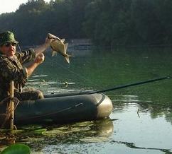 Рыбачим с лодки